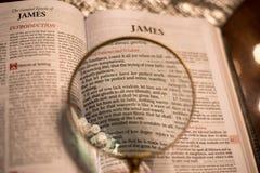 Heilig Schrift met hoofdstuk 1 van vergrootglasjames royalty-vrije stock foto's