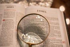Heilig Schrift met hoofdstuk 1 van vergrootglasjames royalty-vrije stock foto