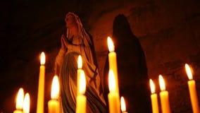 Heilig standbeeld van Mary met kaarsen stock videobeelden