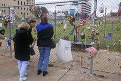 Heiligdom aan de doden bij de plaats van het bombarderen van Alfred P De Murrah Federale Bouw, de Stad van Oklahoma, CA royalty-vrije stock afbeeldingen