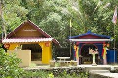 Heiligdom of geesthuis voor menseneerbied en het bidden bij Gouden Royalty-vrije Stock Afbeeldingen