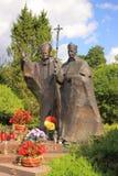 Heiligdom van Heilige Lipka (Polen, Masuria) Standbeeld van Paus Johannes Paulus II en Hoofdstefan wyszynski Royalty-vrije Stock Afbeeldingen