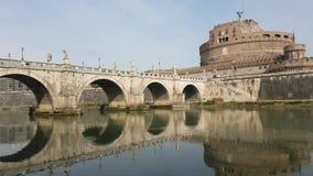 Heilige Angel Castle en brug over de Tiber-rivier in Rome stock video