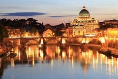 Heilige Angelo Bridge en St Peter Basiliek bij schemer in Rome, Italië Royalty-vrije Stock Afbeelding