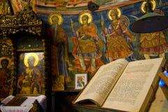 Heilige Bibel auf Altar Stockfotografie