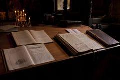 Heilige Bibel auf Altar Stockfoto