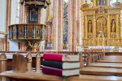 Heilige Bibel auf Bank innerhalb der Kirche Lizenzfreie Stockfotografie