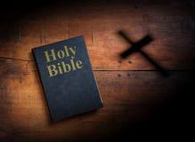 Heilige Bibel auf hölzernem Hintergrund Stockbild