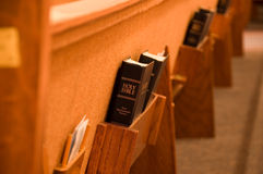 Heilige Bibel in einer Bank Stockbilder