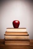 Heilige Bibel mit Apfel Lizenzfreie Stockbilder