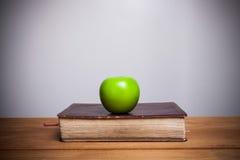 Heilige Bibel mit Apfel Lizenzfreie Stockfotografie