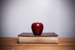 Heilige Bibel mit Apfel Stockfoto