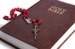 Heilige Bibel mit Rosenbeet Stockbilder