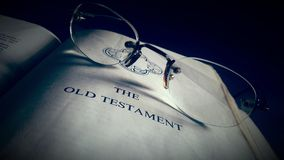 Heilige Bibel mit Schauspiel Stockbild