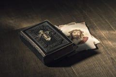 Heilige Bibel und heilige Karte mit Jesus Christ-Bild auf einem Schreibtisch lizenzfreie stockfotografie