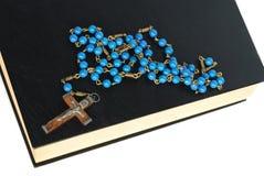 Heilige Bibel und Rosenbeet lizenzfreie stockfotos