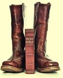 Heilige Bibel und schroffe Cowboystiefel Stockfoto