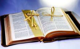 Heilige Bibel; Wort Gottes mit christlichem Kreuz faltete sich vom Palmblatt Stockfotos