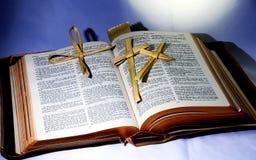 Heilige Bibel; Wort Gottes mit christlichem Kreuz faltete sich vom Palmblatt Stockfotografie