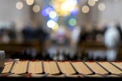 Heilige Bibeln in einer Kirche lizenzfreies stockfoto