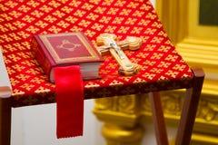 Heilige Bijbel en Orthodox kruis Stock Foto's