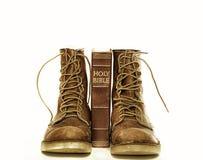 Heilige bijbel en ruwe laarzen Stock Fotografie