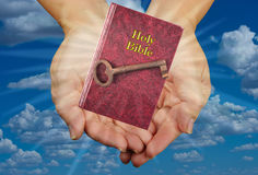 Heilige Bijbel en Sleutel Stock Foto
