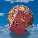 Heilige Bijbel en Sleutel Stock Afbeelding