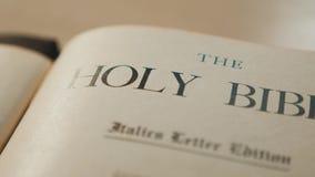 Heilige bijbel Katholiek heilig godsdienstig boek Geloof in catholicity van het Godsconcept voor de spiritualiteit van de geloofs stock footage