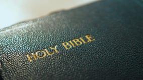Heilige bijbel Katholiek heilig godsdienstig boek Geloof in catholicity van het Godsconcept voor geloofsspiritualiteit de heilige stock videobeelden