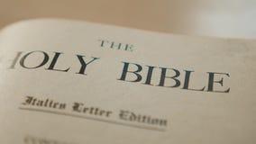 Heilige bijbel Katholiek heilig godsdienstig boek Geloof in catholicitylevensstijl van het Godsconcept voor geloofsspiritualiteit stock footage