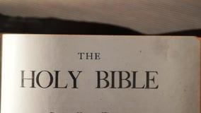 Heilige bijbel Katholiek heilig godsdienstig levensstijlboek Geloof in catholicity van het Godsconcept voor geloofsspiritualiteit stock video
