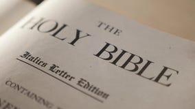 Heilige bijbel Katholiek heilig levensstijl godsdienstig boek Geloof in catholicity van het Godsconcept voor geloofsspiritualitei stock videobeelden