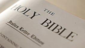 Heilige bijbel Katholiek levensstijl heilig godsdienstig boek Geloof in catholicity van het Godsconcept voor geloofsspiritualitei stock videobeelden