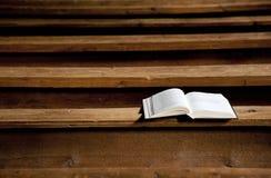 Heilige Bijbel in kerk Stock Foto