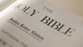 Heilige bijbel levensstijl Katholiek heilig godsdienstig boek Geloof in catholicity van het Godsconcept voor geloofsspiritualitei stock videobeelden