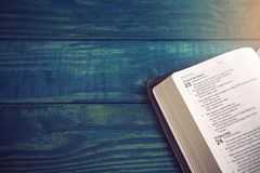 Heilige Bijbel op een Blauwe Houten Lijst stock fotografie