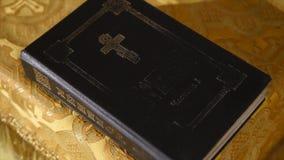 Heilige Bijbel op een kerklijst stock videobeelden