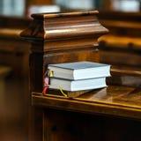 Heilige bok på den kyrkliga bänken Arkivbild