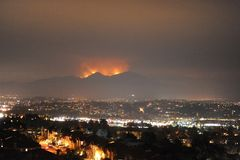 Heilige Brand, Oranje Provincie, Californië, de V.S., 09 Augustus, 2018 stock fotografie