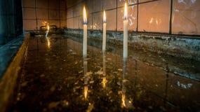 Heilige brennende Kerzen in der Kirche in Heilig-Antoine-Kirche in Taksim Stockfotografie
