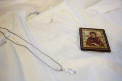 Heilige crosss der Russisch-Orthodoxen Kirche in der Babyhand Lizenzfreies Stockfoto