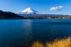 Heilige die berg van Fuji op hoogste met sneeuw met Reflectio wordt behandeld Stock Afbeelding
