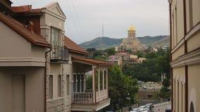 Heilige Drievuldigheidskathedraal in het centrum van Tbilisi, historische erfenis, het bidden plaats stock videobeelden