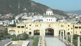 Heilige Drievuldigheidskathedraal van Tbilisi Tsminda Sameba - Georgië stock videobeelden