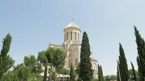 Heilige Drievuldigheidskathedraal van Tbilisi Tsminda Sameba - Georgië stock video