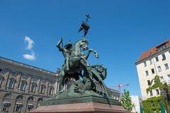 Heilige George Fighting Dragon Statue stock afbeelding