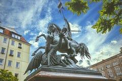Heilige George Fighting Dragon Statue royalty-vrije stock afbeeldingen