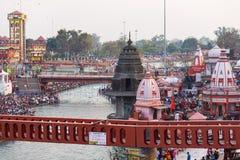 Heilige ghats en tempels in Haridwar, India, heilige stad voor Hindoese godsdienst Pelgrims die en in de Rivier van Ganges bidden stock afbeeldingen