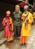 Heilige hinduistische Männer mit blonder Frau, Nepal lizenzfreies stockbild